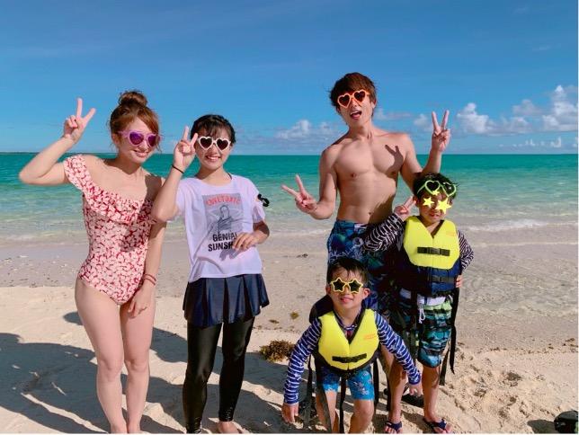 """辻希美、""""幻の島""""での水着姿家族5人ショット公開し「絶対映える」サムネイル画像"""