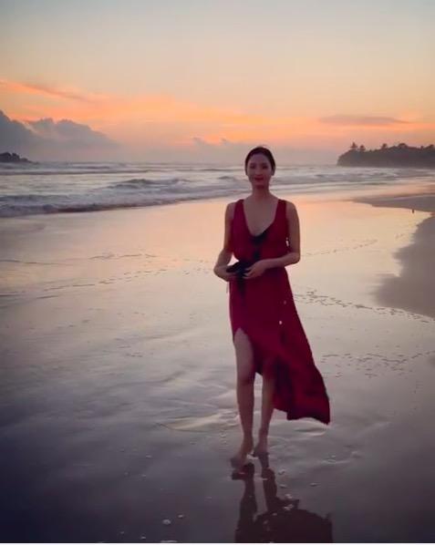 菜々緒、スリットから美脚あらわなビーチスタイルを公開し反響「顔ちいさくて…」「綺麗過ぎ」