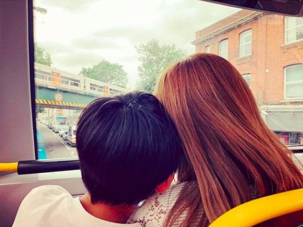 """紗栄子、子供との""""頭くっつけ""""2ショット公開で反響「キュートなおふたり」「いいなー」サムネイル画像"""