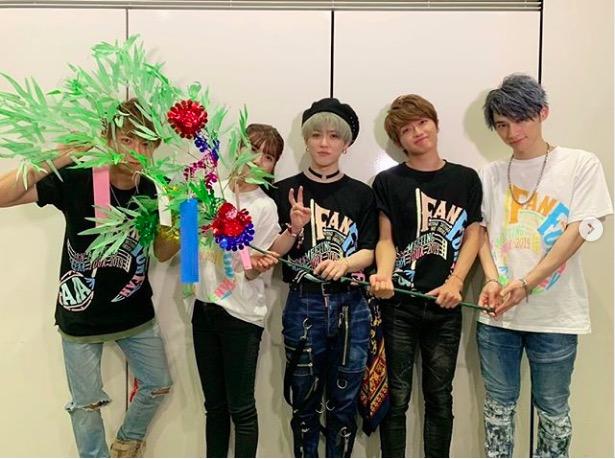 AAA宇野実彩子、メンバー5人の七夕記念ショット公開に「笹かかりすぎw」「顔見えなくても可愛い」サムネイル画像