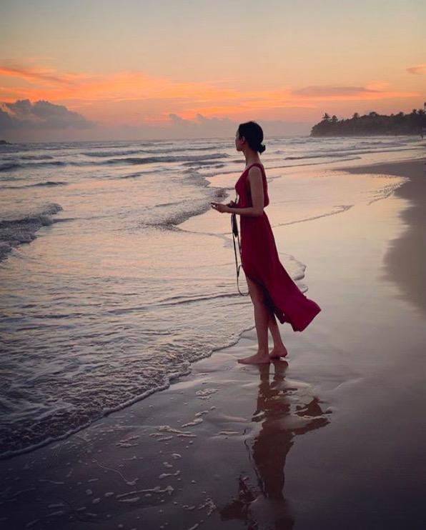 菜々緒、スリットから美脚あらわなビーチスタイルを公開し反響「顔ちいさくて…」「綺麗過ぎ」サムネイル画像