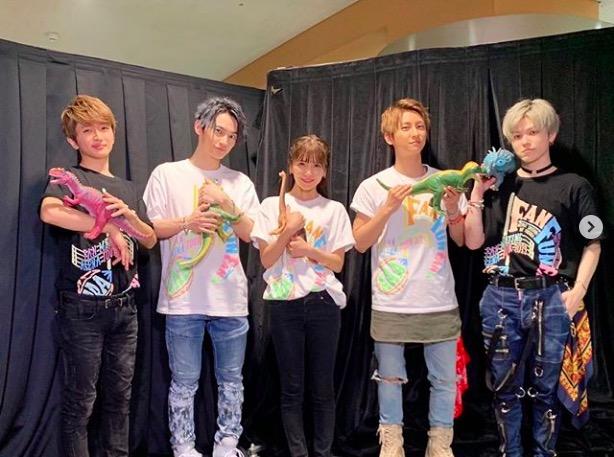 "AAA與真司郎、メンバー5人での""恐竜""ショット公開に反響「みんな可愛い」「持ち方個性ありすぎ(笑)」サムネイル画像"