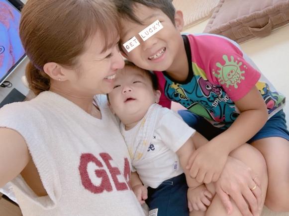 辻希美、子どもたちとの密着写真公開&夏休みの宿題への持論も「もう少し量が…」