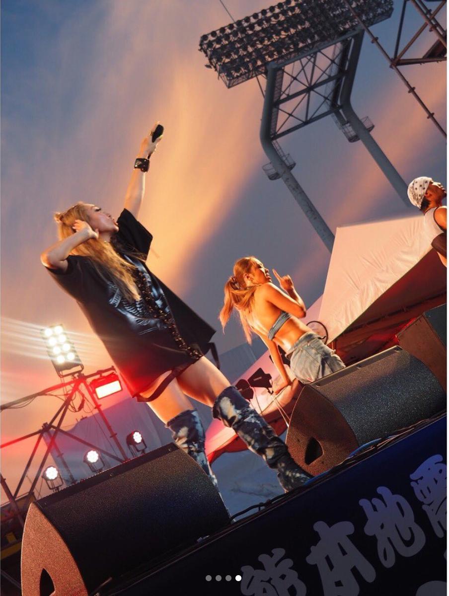倖田來未、ミニ丈&ニーハイでのステージ写真に反響「夏っぽい」「衣装やばい」