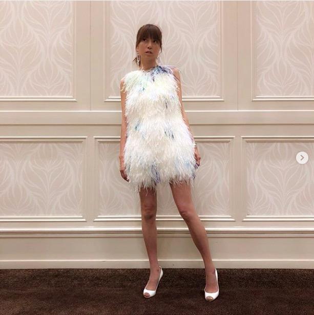 hitomi、美脚あらわなミニドレス姿に反響「脚キレイ」「見事なスタイル」サムネイル画像