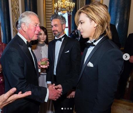 YOSHIKI、チャールズ皇太子に謁見した際の写真公開「真のスター」「オーラ」サムネイル画像