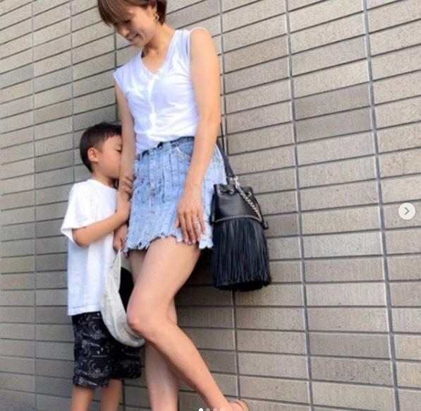 hitomi、美脚披露で4歳息子との2ショット写真公開に「美しいママ」の声サムネイル画像