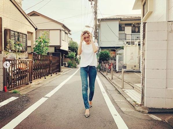紗栄子、美脚際立つデニムコーデに「カンペキ」「お尻と太もも理想です」の声サムネイル画像