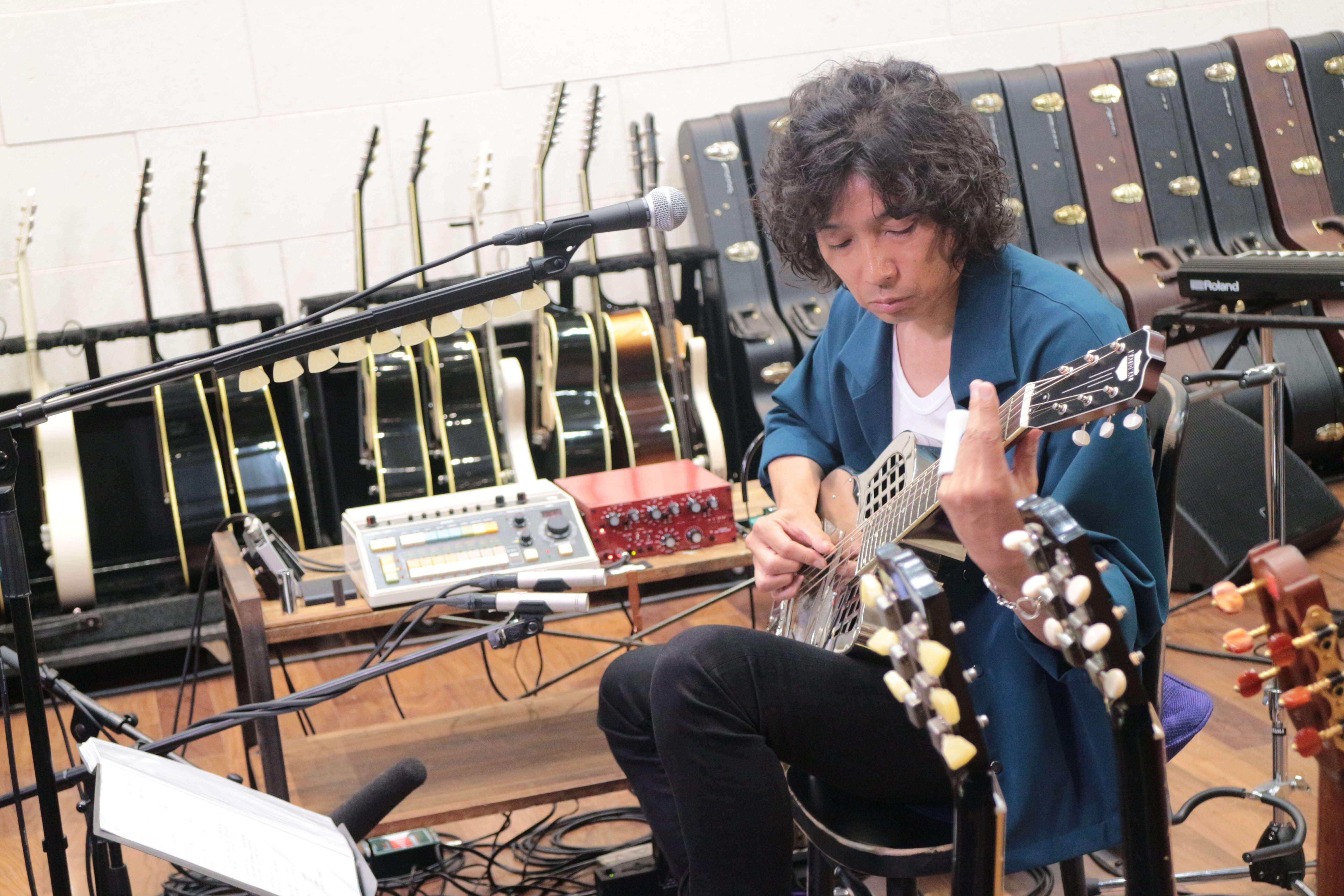 斉藤和義本人が解説、自作ギターも紹介!弾き語りライブ「Time in the Garage」の裏側に迫る特番放送