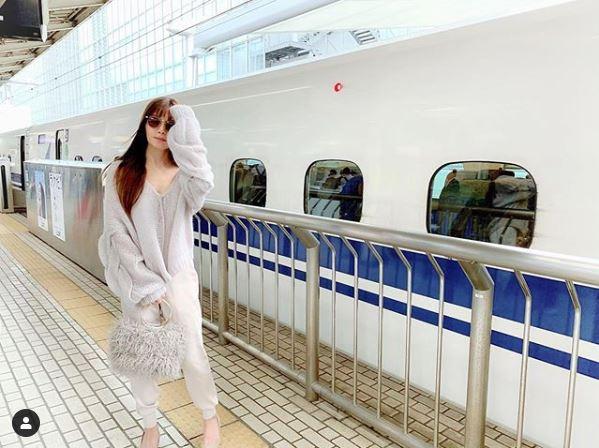「オーラ凄すぎ」AAA宇野実彩子、新幹線をバックにサングラス姿の写真を公開し反響「スタイル良すぎ」サムネイル画像