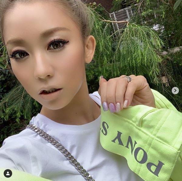 倖田來未、タイトスカートのバックショットを公開し「スタイル良すぎ」「後ろ姿だけでもキレイ」の声