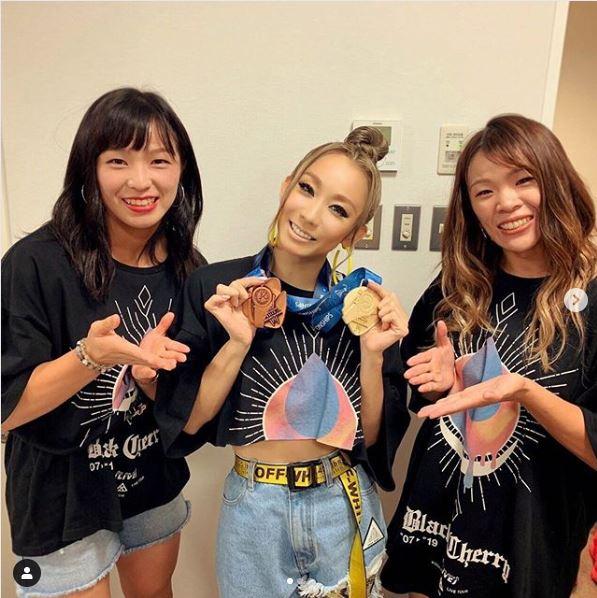 倖田來未、メダル両手にレスリング川井選手姉妹との3ショット公開で反響「3人とも可愛い」「凄く良い笑顔」サムネイル画像