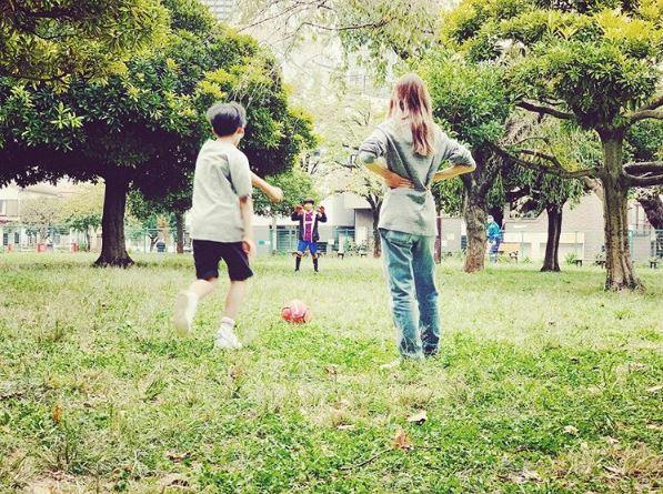 紗栄子、子供たちとのサッカー写真を公開で「めちゃくちゃ素敵」「ほっこり」の声サムネイル画像