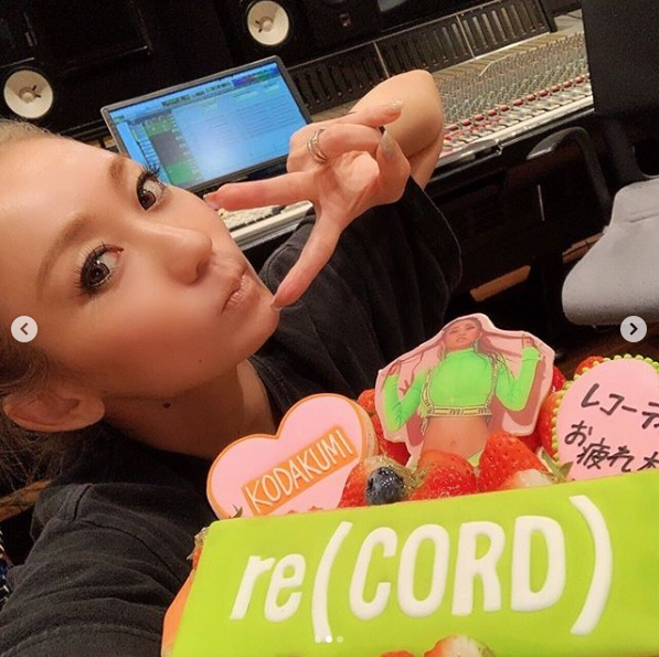 """倖田來未、豪華ケーキを前にした""""レコーディング終了SHOT""""に反響「年々可愛さ増してる」サムネイル画像"""