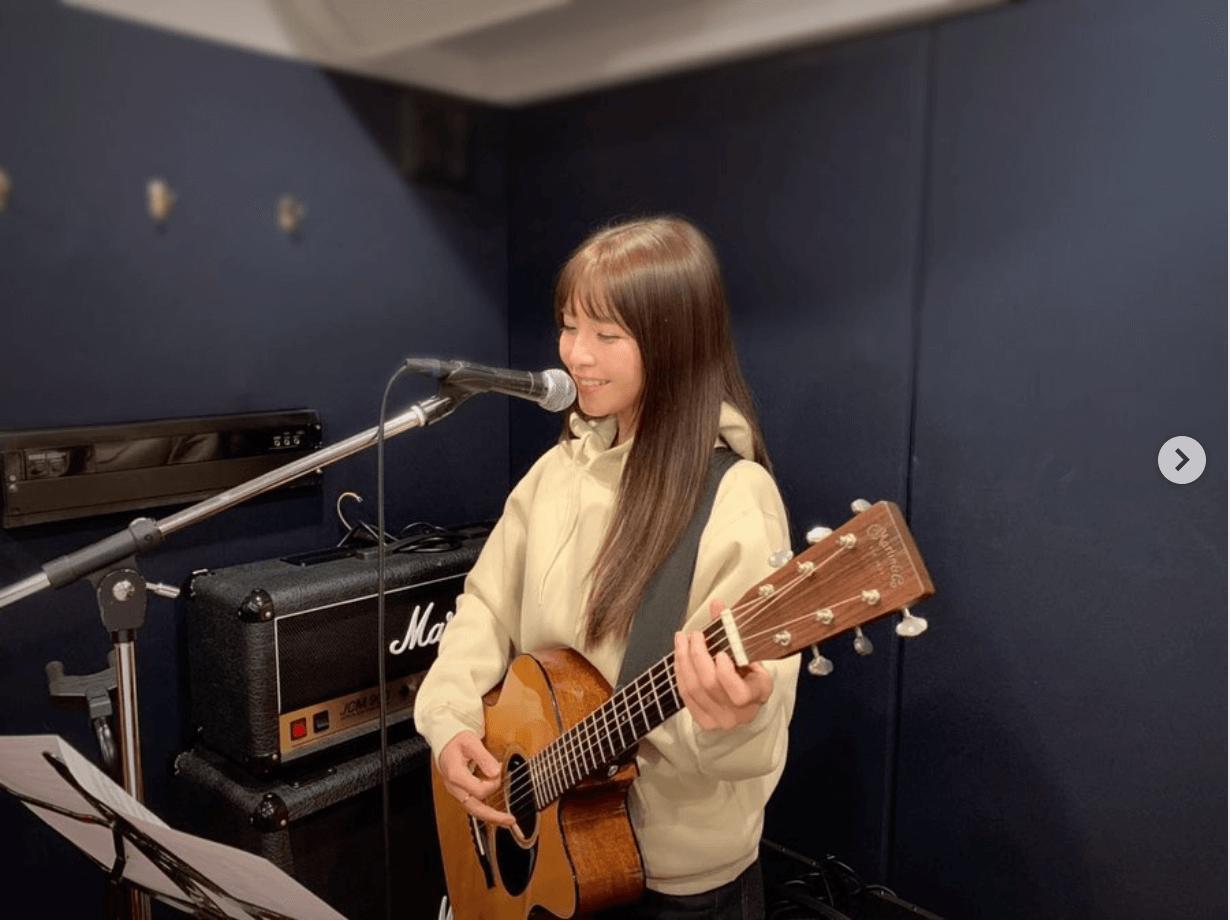 AAA宇野実彩子、パーカー姿でギター弾く姿の写真公開し「めっちゃ可愛い」「パーカー似合いすぎ」サムネイル画像