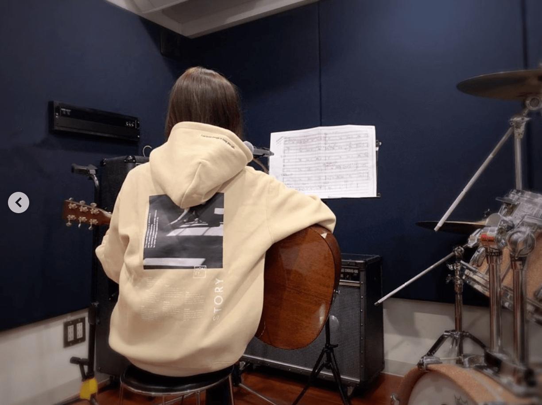 AAA宇野実彩子、パーカー姿でギター弾く姿の写真公開し「めっちゃ可愛い」「パーカー似合いすぎ」