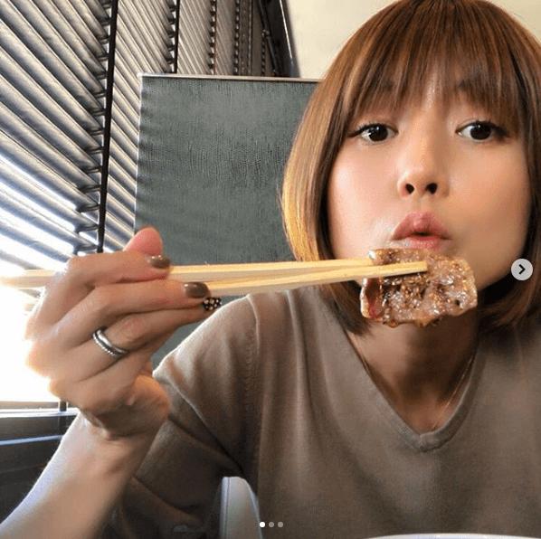 "hitomi、""一人焼肉""満喫ショット公開で反響「美味そう」「可愛い」サムネイル画像"