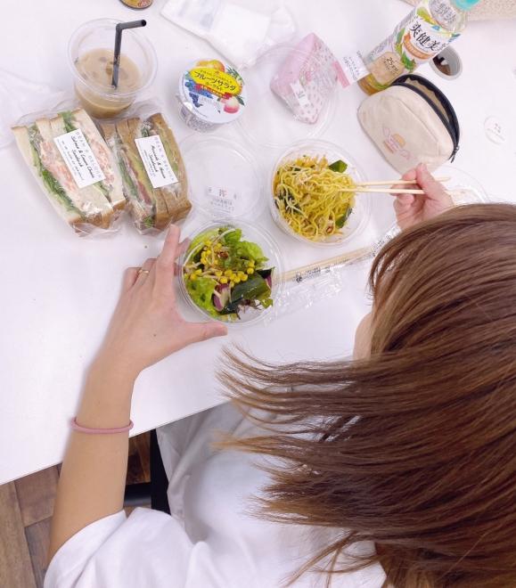 """辻希美、ダンスレッスン中&""""沢山カロリー摂取""""の食事写真を公開「久しぶりに頭使ったな…」"""