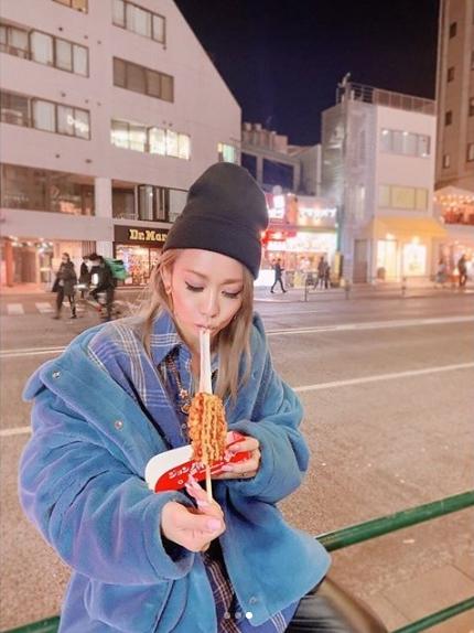 倖田來未、朝からチーズハットグペロリで反省?「やばい」「すんごい食欲…」