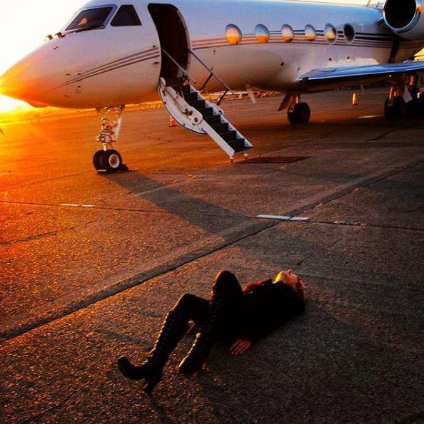 """YOSHIKI、多忙スケジュール&飛行機の近くの""""地面に横たわる""""写真を公開「移動時間総合計すごそう」「ゆっくり休んで」"""