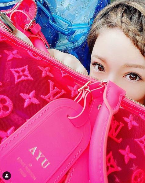 """浜崎あゆみ""""ルイ・ヴィトン""""に囲まれた写真公開に反響「激かわ」「こんなピンク似合う人いない」サムネイル画像"""