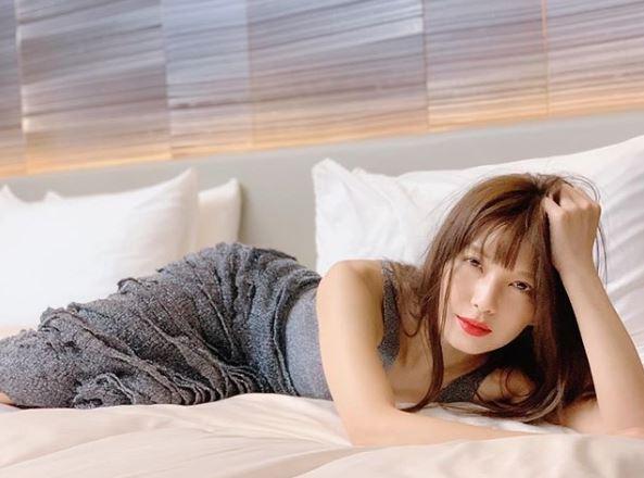 """AAA宇野実彩子、肩出し&赤リップ姿の""""寝ころびショット""""に反響「色気すんごい」「これぞ美」サムネイル画像"""