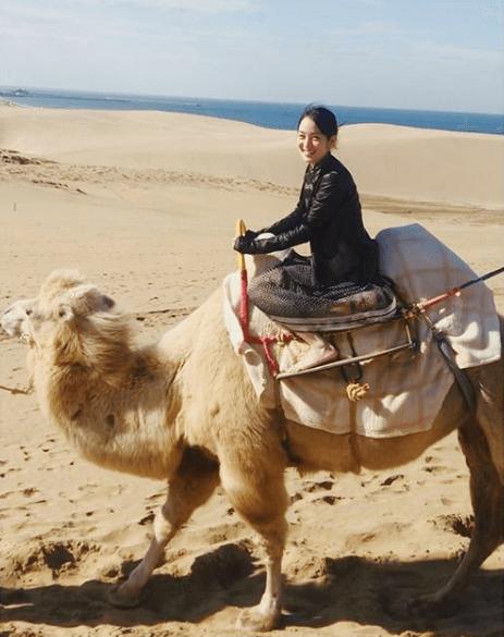 高梨臨、ラクダに乗って笑顔のSHOT公開し反響「可愛すぎる」「笑顔素敵」サムネイル画像