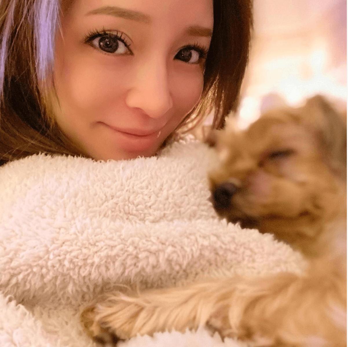 浜崎あゆみ、犬と一緒のリラックスSHOT公開で反響「可愛すぎる」「素敵な表情」サムネイル画像