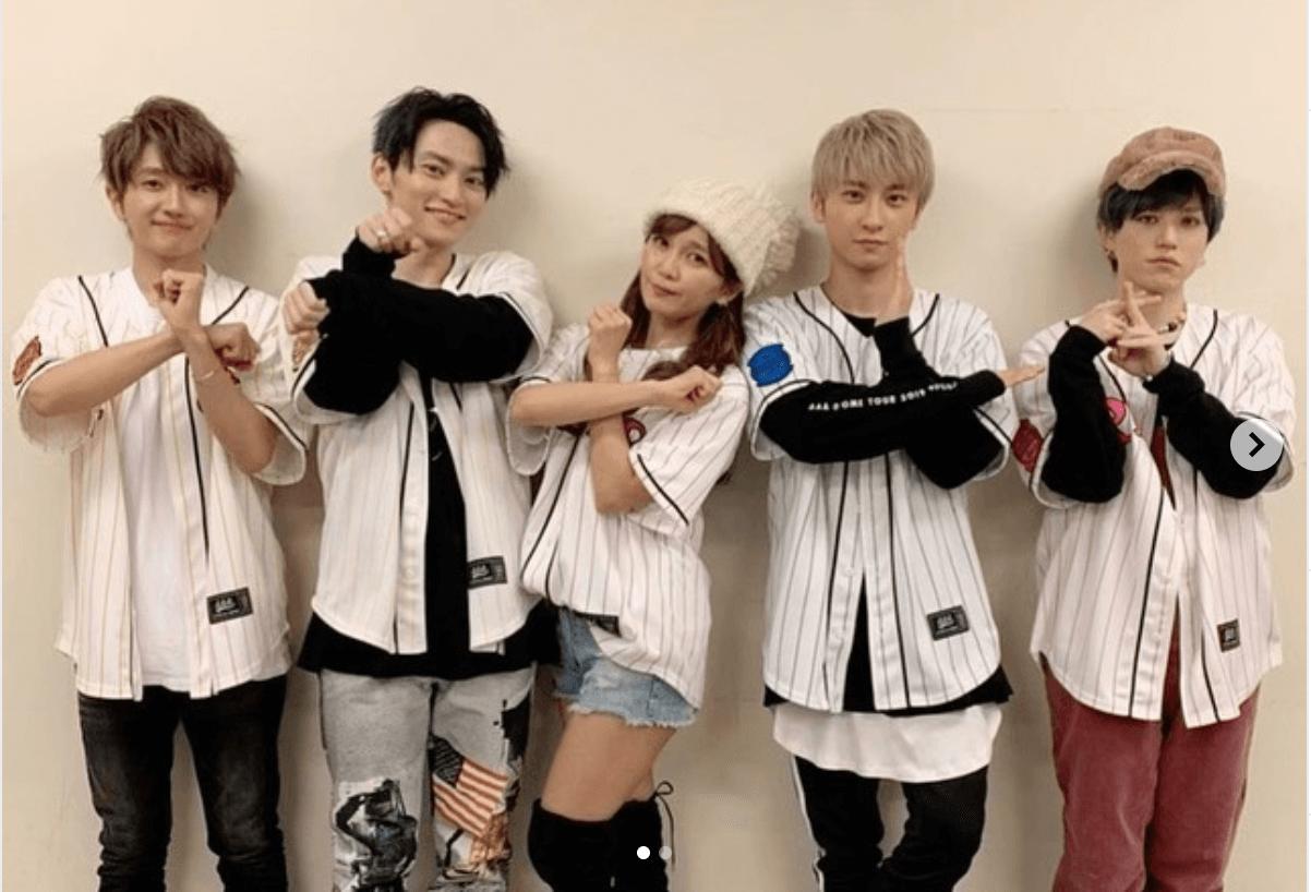 AAA宇野実彩子、ショーパン&ユニフォーム姿でのメンバー全員ショット公開し反響「みんな可愛すぎ」「今日も天使」サムネイル画像