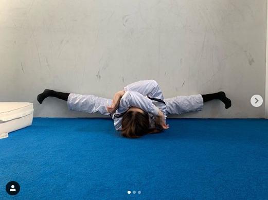 「この後足が閉じなくなる」KABA.ちゃんの開脚写真に驚きの声「すごーい」「柔らかい」サムネイル画像