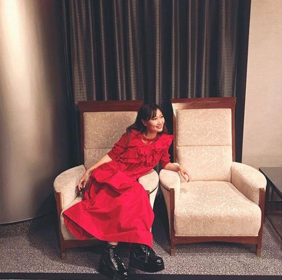 """大塚愛、""""サンタ役""""赤ワンピースの笑顔SHOT公開に反響「可愛すぎるサンタ」「めっちゃキレイ」"""