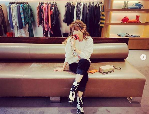 紗栄子、足組みおすわりSHOT&コーデアイテム紹介に反響「全部かわいい」「お揃いにしたい」