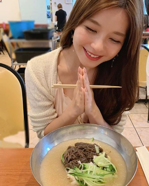 """AAA宇野実彩子、おでこ出しの""""ランチSHOT""""公開に反響「流し前髪最高」「隣でご飯食べたい」サムネイル画像"""