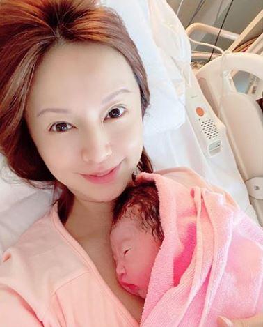 第2子出産の鈴木亜美、次男の写真公開に「ママにそっくり」「応援してます」の声