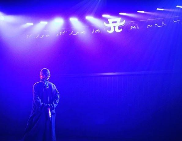 浜崎あゆみ、ロゴを背景にした姿公開&心境告白に反響「泣きそう」「カッコいい」サムネイル画像
