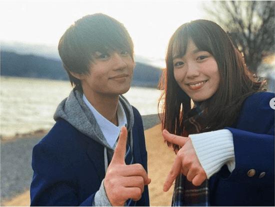 「似合いすぎ」佐野勇斗&飯豊まりえの制服2ショットにファン悶絶「可愛い」「本物の…」サムネイル画像