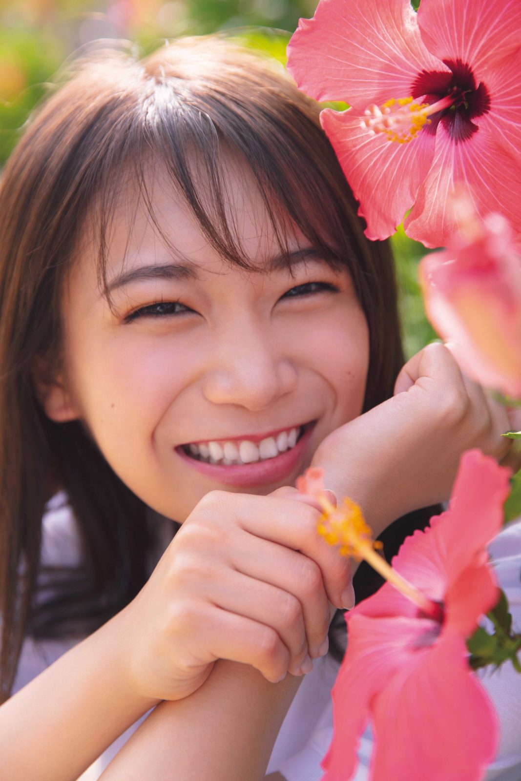 """乃木坂46・秋元真夏、白い水着姿の""""寝ころびSHOT""""を公開"""