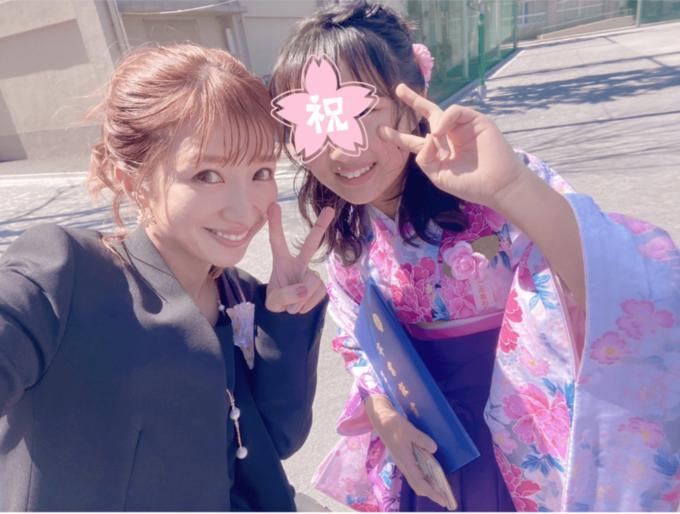 辻希美、はかま姿の長女と2SHOT公開&小学校の卒業を報告「娘の晴れ姿を見る事が出来て…」