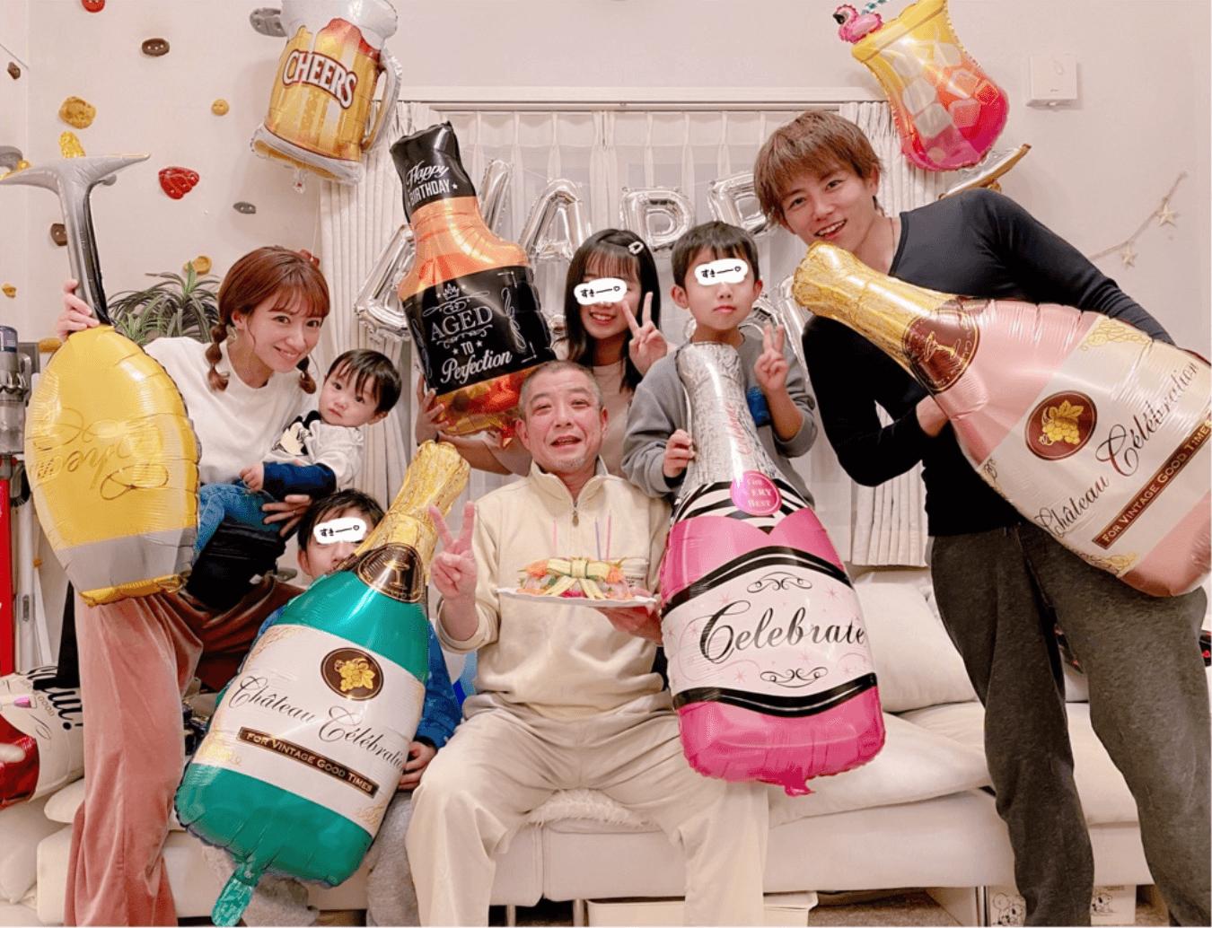 """辻希美、父を囲んだ誕生日の家族7SHOT &""""お刺身ケーキ""""写真公開「まだまだ長生きしてね」サムネイル画像"""