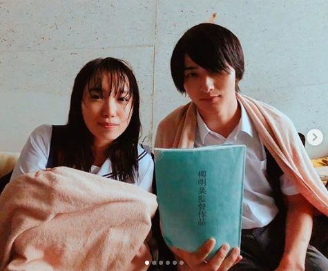 飯豊まりえ、横浜流星との『いなくなれ群青』制服オフショットを公開サムネイル画像