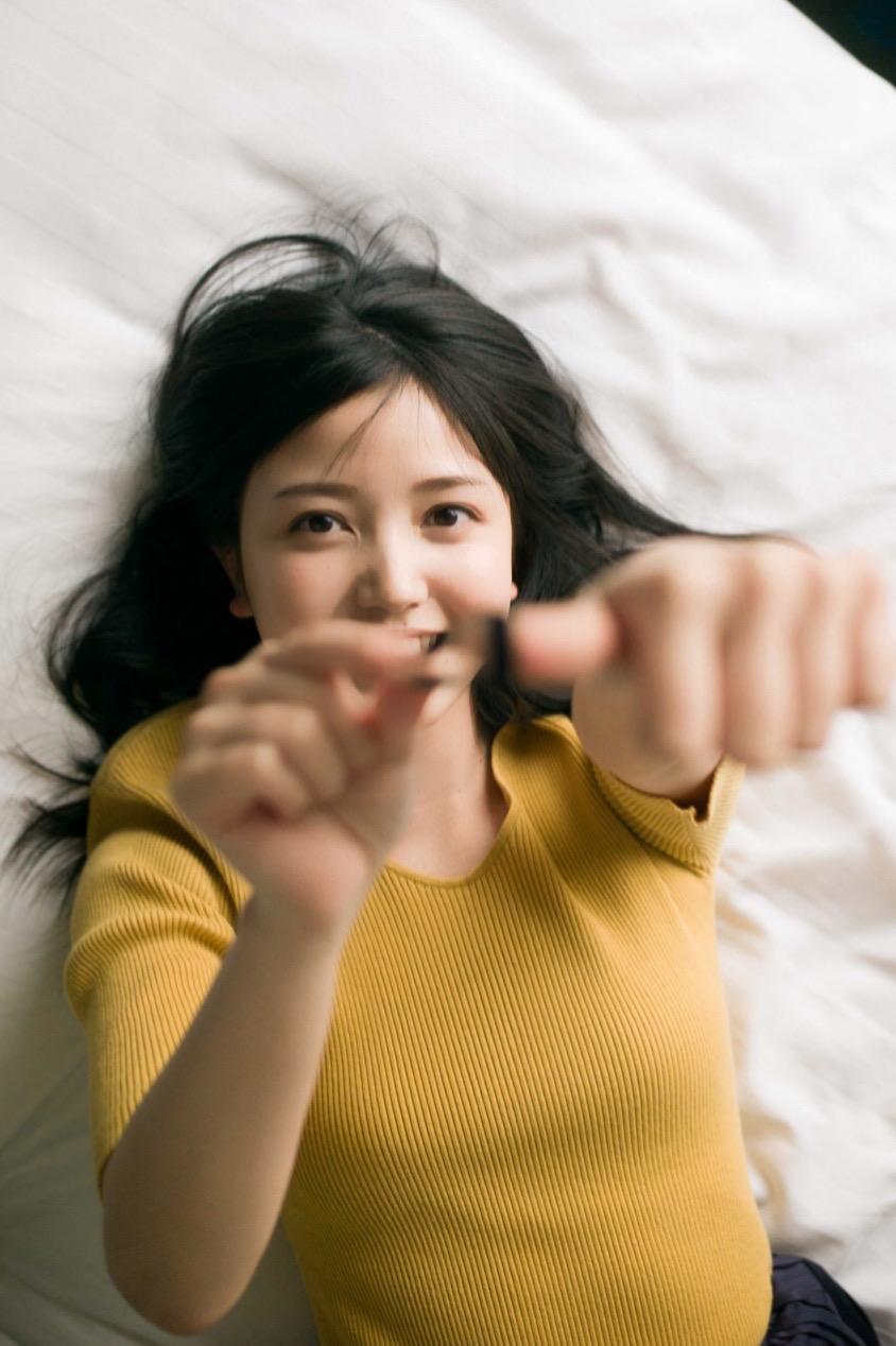 """乃木坂46・久保史緒里、やわらかな笑顔の""""寝転びSHOT""""公開サムネイル画像"""