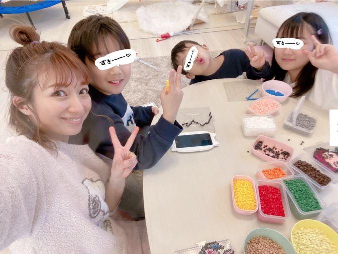 """辻希美、3人の子供とのピースSHOT&""""鬼滅の刃""""アイロンビーズ作品を公開「めっちゃ可愛い」サムネイル画像"""