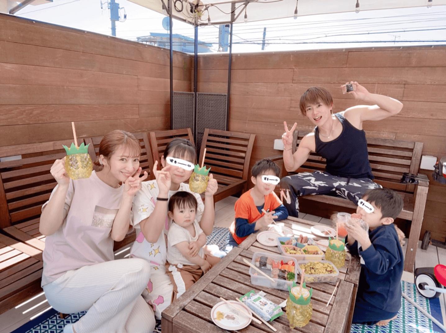 """辻希美、自宅バルコニーでの""""家ピクニック""""家族6SHOT公開「いい時間を過ごせています」サムネイル画像"""