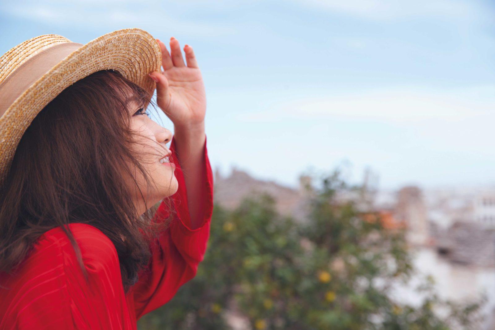 乃木坂46・秋元真夏、笑顔の横顔&肌見せカットなどを複数公開サムネイル画像
