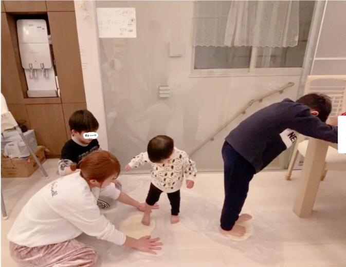 """「生地を踏み踏みして…」辻希美、子供たちと一緒に""""手作り""""したディナーSHOT公開サムネイル画像"""