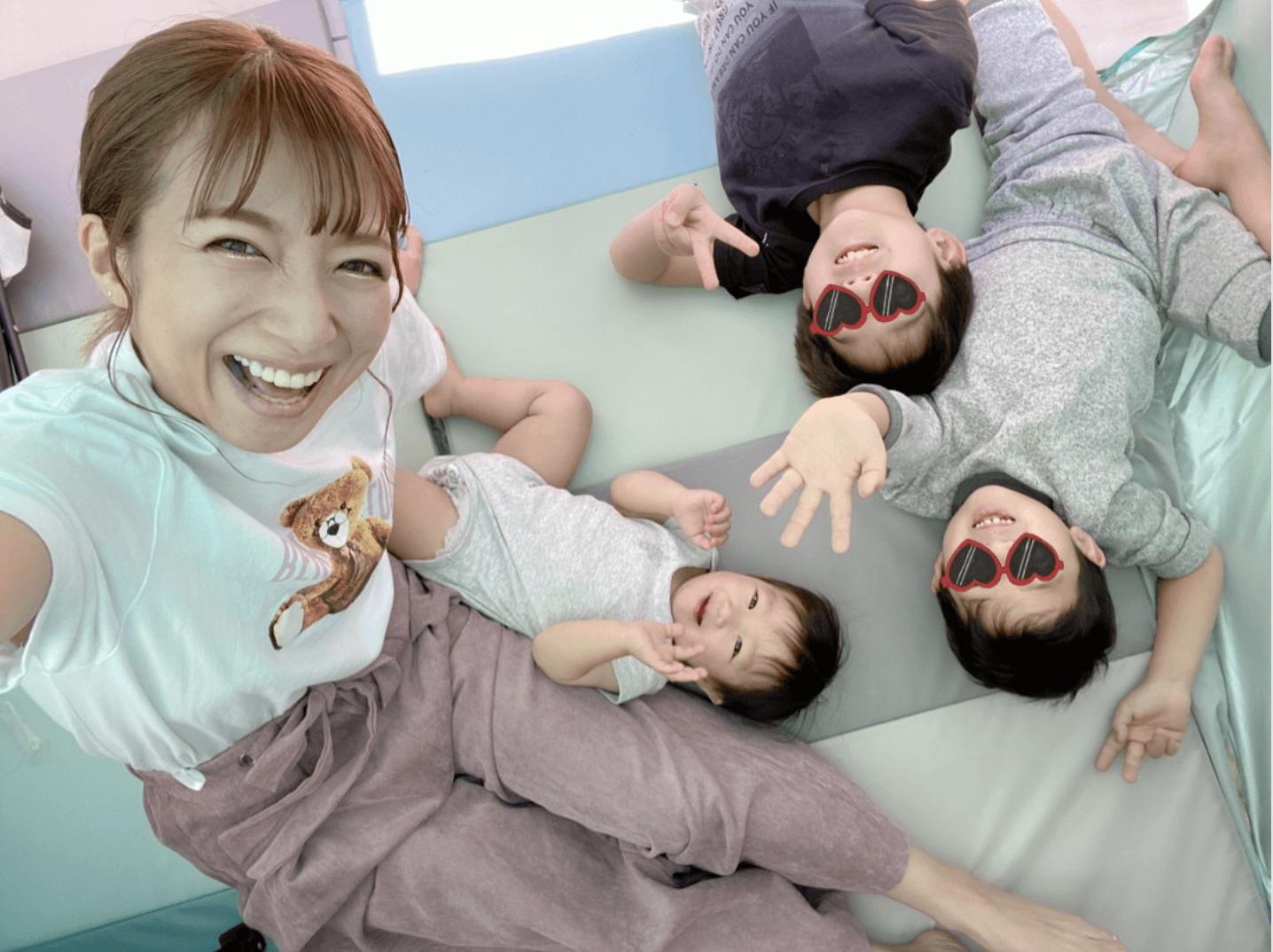 """辻希美、自宅バルコニーに広げたテントで息子たちとの""""テンションup""""な4SHOT公開サムネイル画像"""