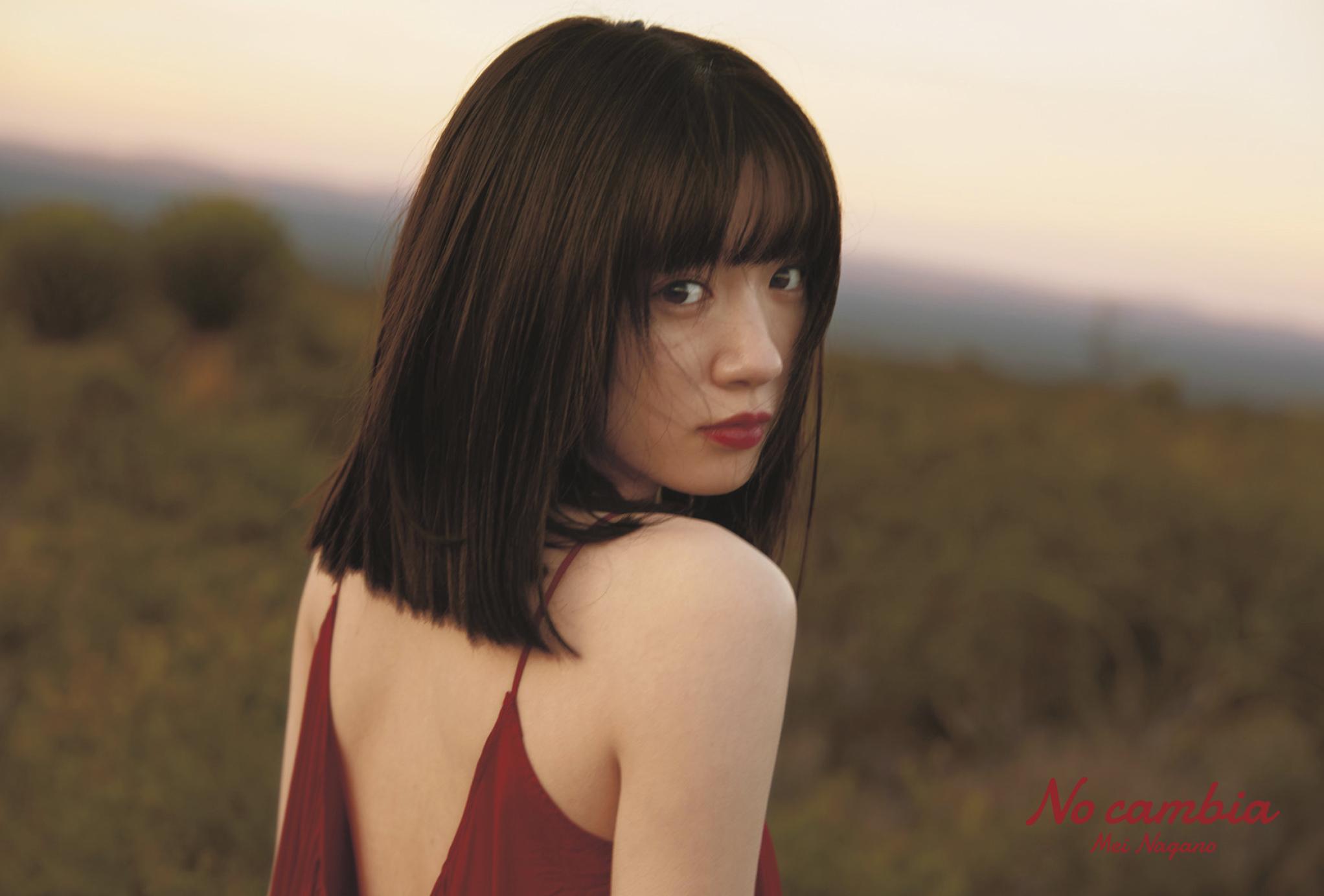 """永野芽郁、赤ドレスの大胆""""背中見せ""""カットを公開"""