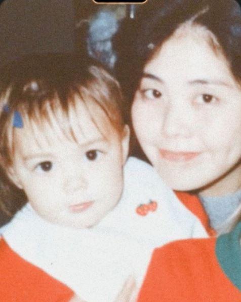 """土屋アンナ、幼少期の""""親子SHOT""""公開&世界中の母親への言葉に反響「娘さんにそっくり」「面影あるね」サムネイル画像"""