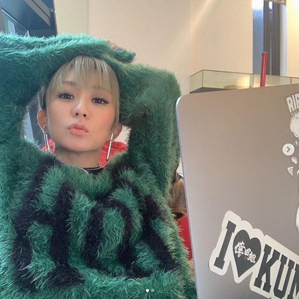 """倖田來未、作詞活動中の""""自撮りSHOT""""公開に反響「お顔が小さい」「かわいい服」"""