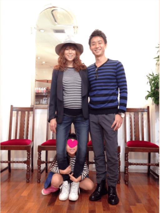 hitomiが長男妊娠中に撮影した、夫と長女との笑顔な3SHOT公開「今日から結婚7年目に…」